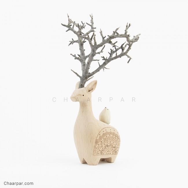 گوزن با شاخ طبیعی و یک پرنده