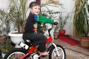 سید بهداد سیدی سادات ۵ساله با دوچرخه قناری اش از شهرستان شیروان