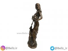 مجسمه زن برنزی انگور به دست