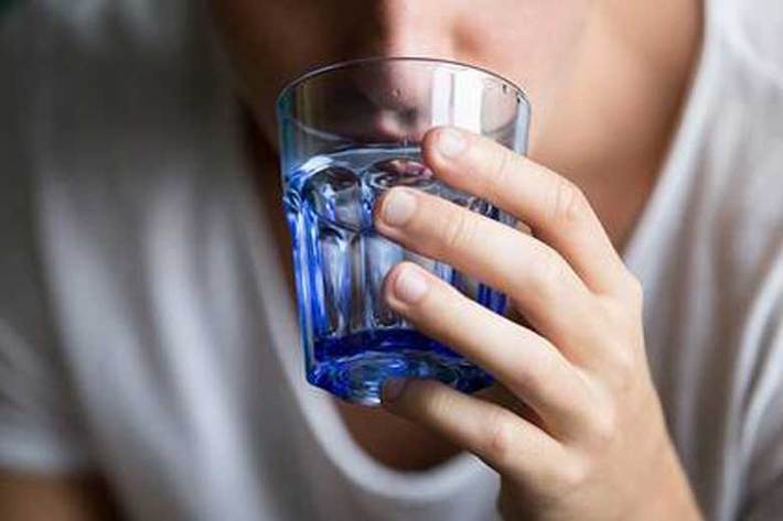 آیا غرغره آب نمک تاثیری بر کاهش علایم کووید ۱۹ دارد؟