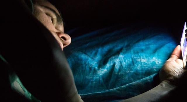 امکان کوری موقت به علت استفاده از گوشی در رختخواب