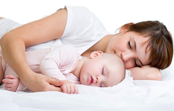 ۱۰ فایده شگفت انگیز خوابیدن کودک کنار والدین