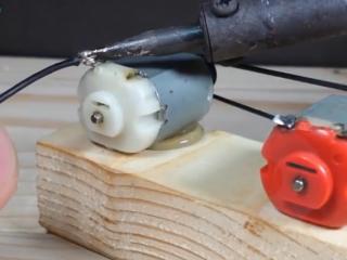 ویدئو :  چگونه یک لامپ را بدون برق روشن کنیم