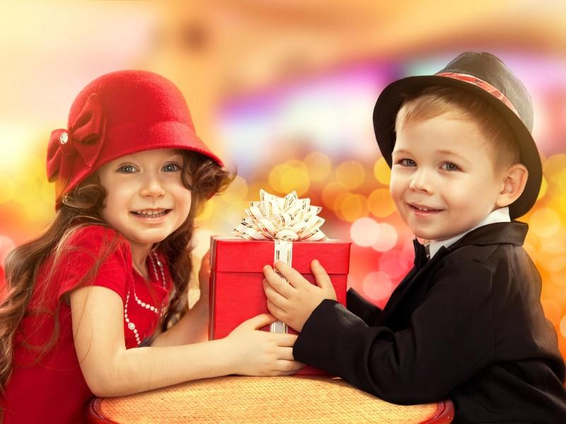 بخشیدن لباس و اسباب بازی کودک