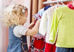 جمع و جور کردن لباس ها توسط کودک