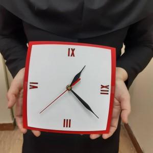 ساعت دیواری مربع لبه قوسی قرمز