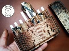 کیف سیگار چرم طبیعی ظرفیت هشت نخ به همراه فندک طرح پوست مار