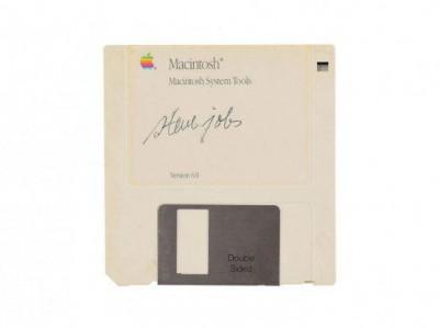 فلاپی دیسک مکینتاش با امضاء استیو جابز