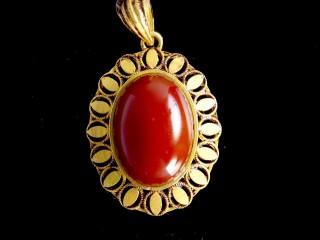 مدال طلا با سنگ عقیق
