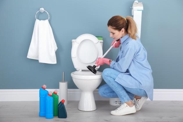 روشهایی طلایی و کاربردی برای رفع گرفتگی توالت فرنگی
