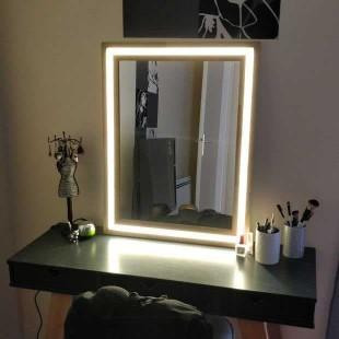 آینه نوری طرح مستطیل با نور زرد رنگ