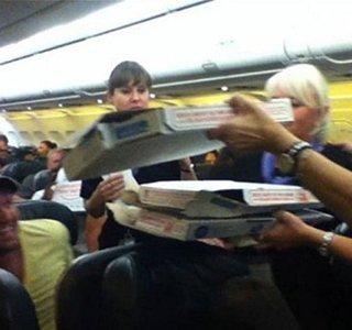 مشتری نوازی به سبک کاپیتان: برای همه تان پیتزا خریدم