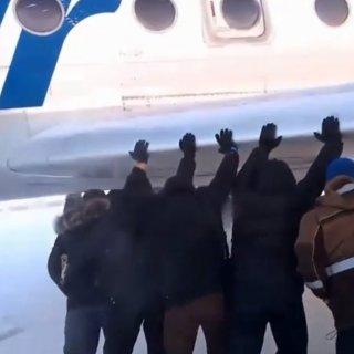 فیلم هل دادن هواپیما توسط مسافران