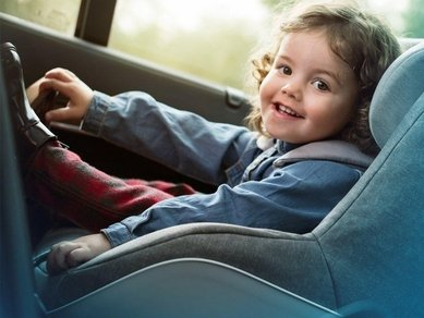 چگونه کودک را به نشستن در صندلی ماشین عادت دهیم؟