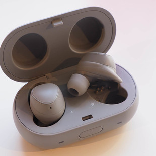 142068-headphones-hands-on-samsung-gear-iconx-2018-wireless-in-ear-earphones-image1-ck3btwcmgq