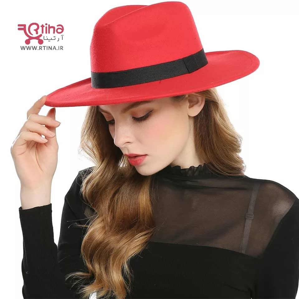 استایل با کلاه شاپو قرمز