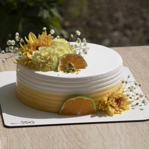 کیک خامه با تزئین گل طبیعی
