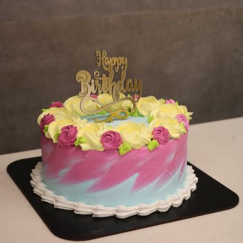 کیک خامه ای با تاپر